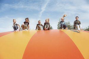 Kinderen springen op een airtrampoline in AquaZoo