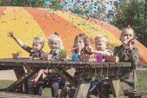 Kindereren vieren een kinderfeestje in AquaZoo