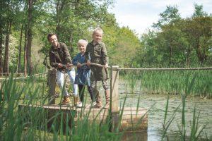 Kinderen spelen op een trekvlot over een vijver in AquaZoo